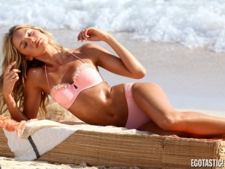 candice-swanepoel-bikini-shoot-in-st-barts-04-580x435