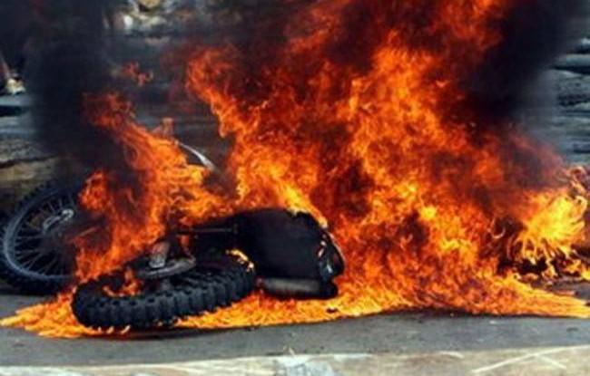 Πάτρα: Μηχανή τυλίχτηκε στις φλόγες