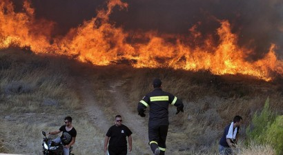 Οι φλόγες έφτασαν στις αυλές των σπιτιών