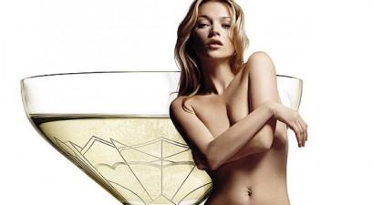 To στήθος της Kate Moss έγινε ποτήρι!