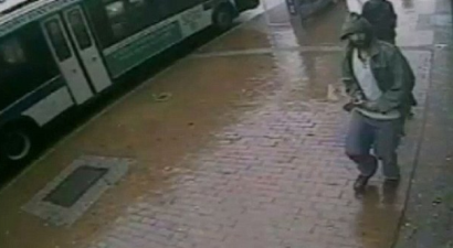 Tρόμος στη Νέα Υόρκη από επίθεση με τσεκούρι εναντίον αστυνομικών