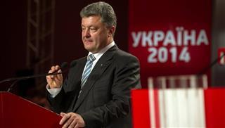 Να παραμείνουν σε ισχύ οι κυρώσεις κατά της Μόσχας, ζητά ο Ποροσένκο