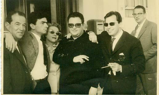 Από αριστερά: Κώστας Σεϊτανίδης, Γιώργος Εμιρζάς, Δέσπω Διαμαντίδου, Μάνος Χατζιδάκις, Γεράσιμος Λαβράνος. Κάννες, 1960, «Ποτέ την Κυριακή»