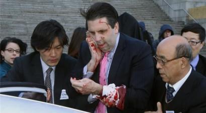 Επίθεση με μαχαίρι δέχτηκε ο Αμερικανός πρέσβης