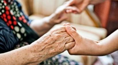 Άφησαν 80χρονη χωρίς λεφτά για χρέη της κόρης
