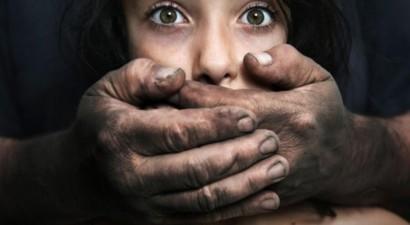 Βαριές ποινές σε μάνα, παππού και θεία για το βιασμό της 7χρονης