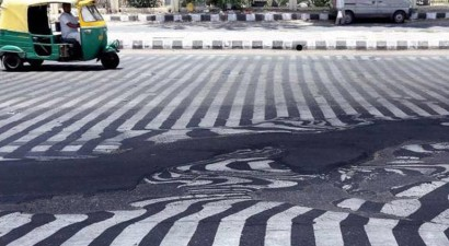 Ο καύσωνας... έλιωσε και την άσφαλτο στην Ινδία
