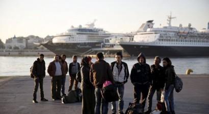 Νέο πλοίο με μετανάστες αγκυροβόλησε  στο λιμάνι του Πειραιά