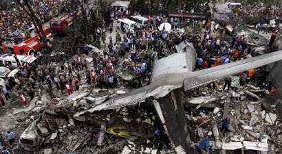 Ινδονησία: Aυξάνονται δραματικά οι νεκροί από τη συντριβή στρατιωτικού αεροσκάφους