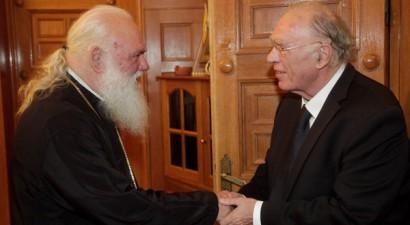 «Να πει ευχές ο αρχιεπίσκοπος να φύγει η κατάρα του Μητσοτάκη»