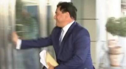 Πήρε την τροχαία και ζήτησε να πληρώσει πρόστιμο o Άδωνις  (βίντεο)