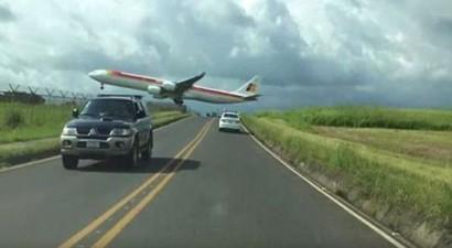 Aεροπλάνο περνά ξυστά  πάνω από τα... κεφάλια οδηγών (βίντεο)