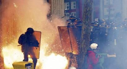 Σφοδρές συγκρούσεις διαδηλωτών με αστυνομικούς σε γαλλικές πόλεις