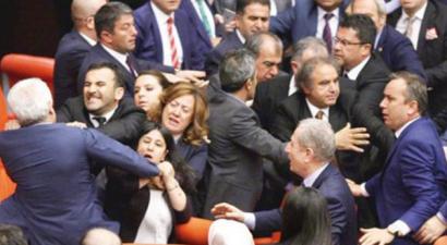 Πλακώθηκαν Κούρδοι και Ισλαμιστές βουλευτές στην τουρκική Βουλή