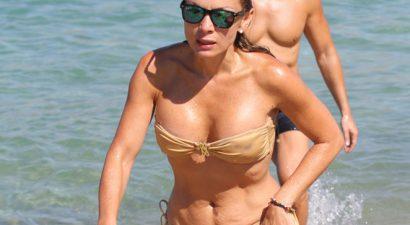 Χωρίς ρετούς και με μαγιό στην παραλία η Πασχαλίδου (εικόνες)