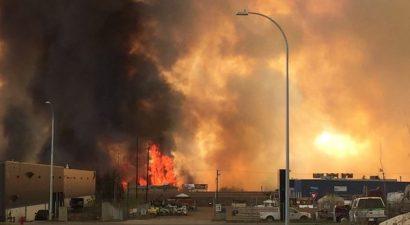 Τεράστια πυρκαγιά απειλεί να κάψει ολόκληρη πόλη του Καναδά