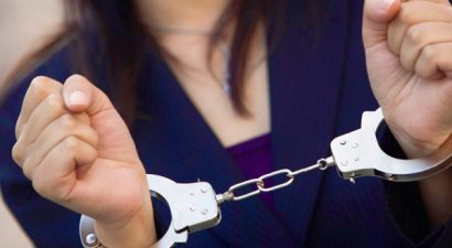 Χειροπέδες σε σπείρα απατεώνων - «υπαλλήλων» του ΙΚΑ