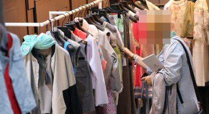 Ρούχα με το κιλό και από δεύτερο χέρι ψωνίζει γνωστή Ελληνίδα ηθοποιός (εικόνα)