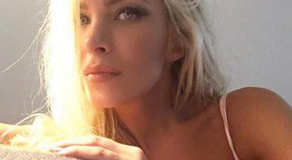 Κατερίνα Καινούργιου:Ποζάρει στον καναπέ της με σέξι εσώρουχο
