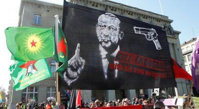 Διαδηλωτές στην Ελβετία ανάρτησαν πανό που ζητούσαν την δολοφονία Ερντογάν