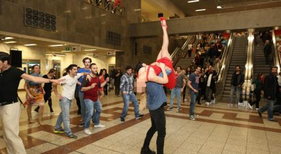 Αναστάτωσε το μετρό Συντάγματος με τον σέξι χορό της Ελληνίδα τραγουδίστρια (εικόνες)