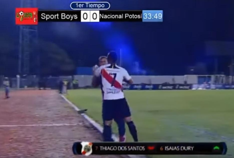 Ο Βραζιλιάνος ποδοσφαιριστής, Τιάγκο Ντος Σάντος, επιτέθηκε στον προπονητή του γιατί τον έκανε αλλαγή, κατά τη διάρκεια του αγώνα Sport Boys - Nacional Potosi