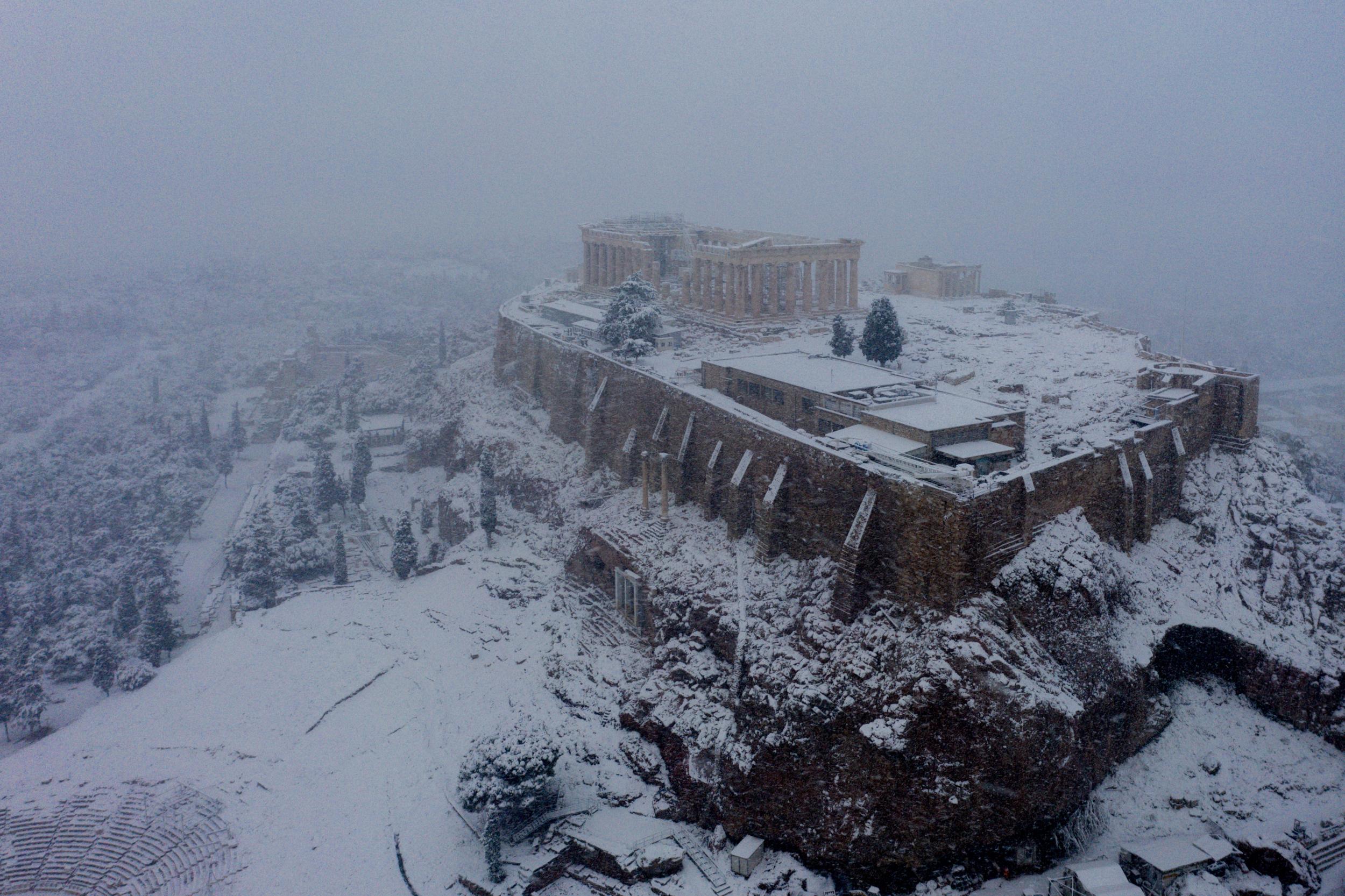 Το εντυπωσιακό βίντεο με την χιονισμένη Ακρόπολη από... ψηλά!